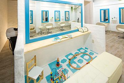 青と白で統一された店内,子連れ,キッズスペース,美容院