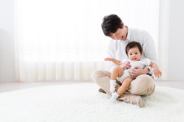 赤ちゃんをだっこするパパ,パパ,好き,子ども