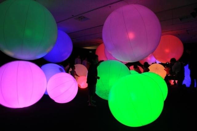 光のボールでオーケストラ アトラクションの様子,チームラボ,福島,ハワイアンズ