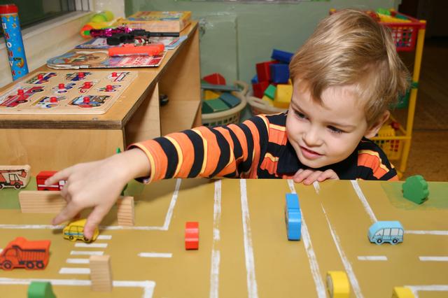 室内で遊ぶ子ども,アメリカ,幼稚園,子育て