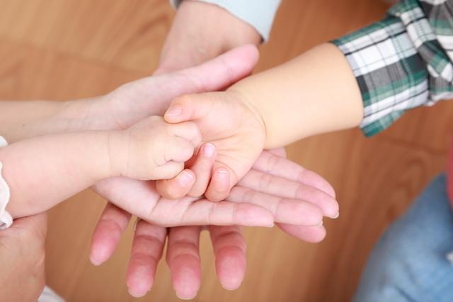 兄弟の手,赤ちゃん,育児,サイン