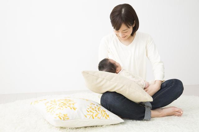 赤ちゃんを抱っこするママ,授乳口付きトップス,選び方,おすすめ