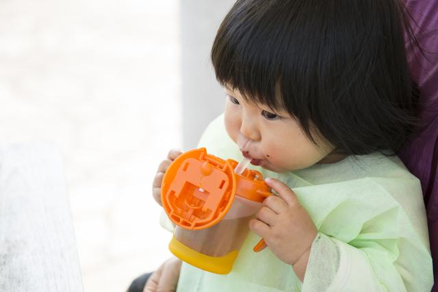 マグを飲む子ども,赤ちゃん,外出,持ち物