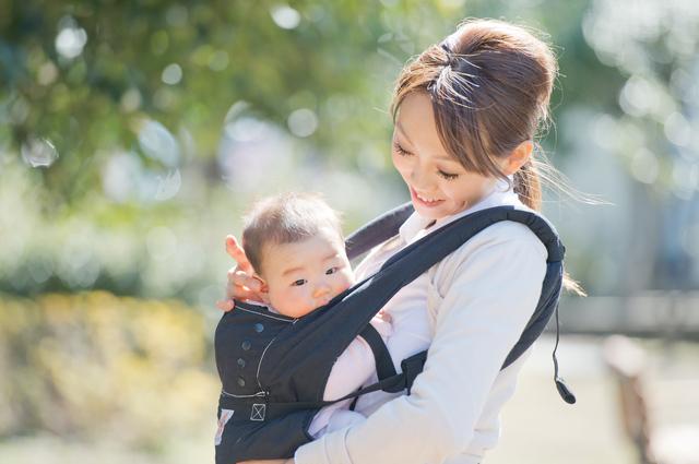 抱っこひもで赤ちゃんを抱っこするママ,赤ちゃん,外出,持ち物