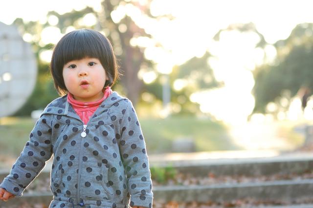 パーカーを着て遊ぶ女の子,子ども,パーカー,季節