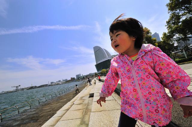 ナイロンパーカーを着る女の子,子ども,パーカー,季節