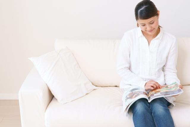雑誌読む女性,出産,入院,準備品