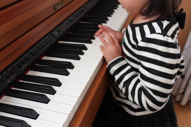 ピアノを弾く女の子,子ども,習い事,おすすめ