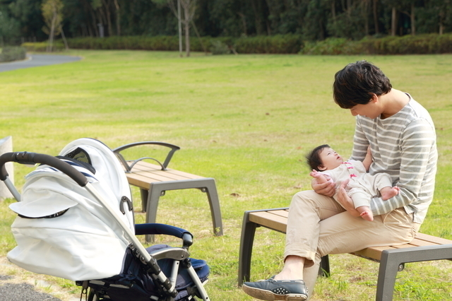 赤ちゃんとおでかけするパパ,新生児 ,外出 ,時期