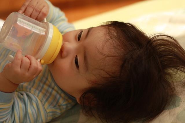 ベビーマグで水を飲む赤ちゃん,新生児 ,外出 ,時期