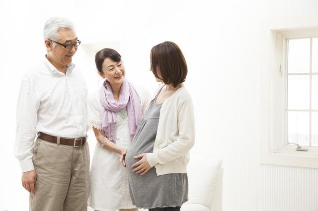 妊婦と両親,妊娠報告,メール,タイミング