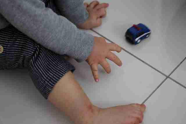 ミニカーで遊ぶ子ども,セリア,ミニカー,おもちゃ