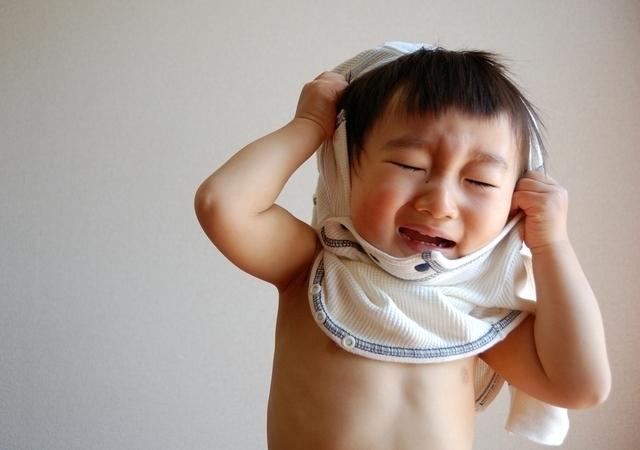 着がえを嫌がる男の子,イヤイヤ期,対処法,1歳