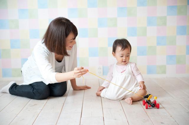 赤ちゃんと遊ぶママ,イヤイヤ期,対処法,1歳