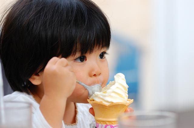 アイスクリームを食べる子ども,土岐プレミアムアウトレット,子ども,おすすめ