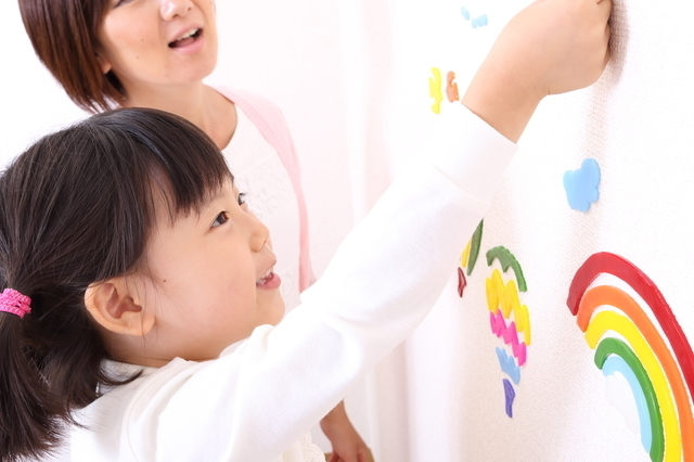 壁紙にステッカーを貼る親子,おすすめ,初節句,ひな人形