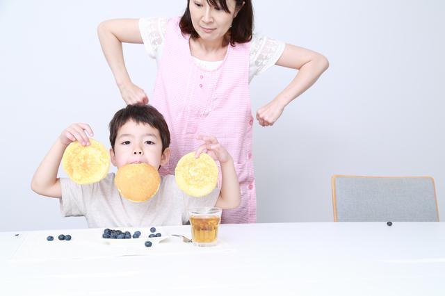 食べ遊びする男の子と怒るママ,子ども,叱らない,魔法の言葉