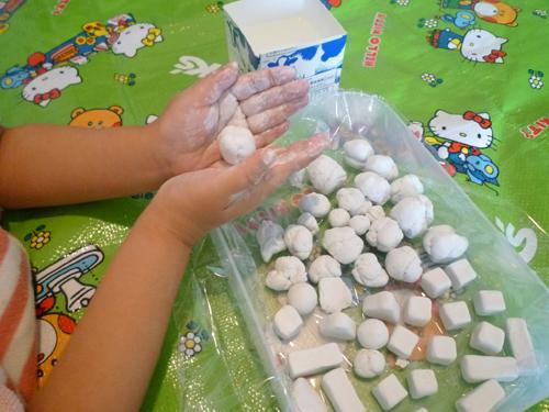 紙粘土で工作する子ども,知育,玩具,手作り