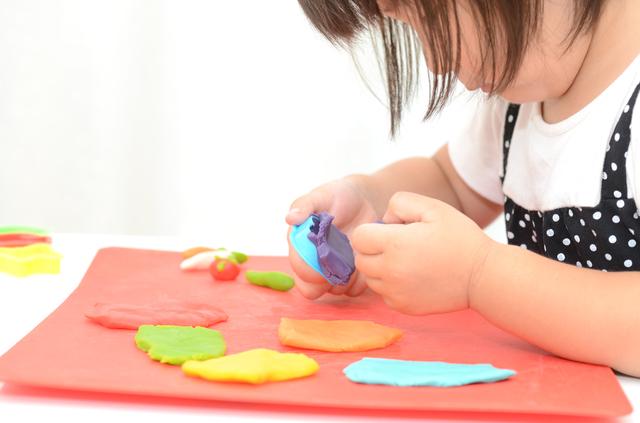 粘土遊びする女の子,知育,玩具,手作り