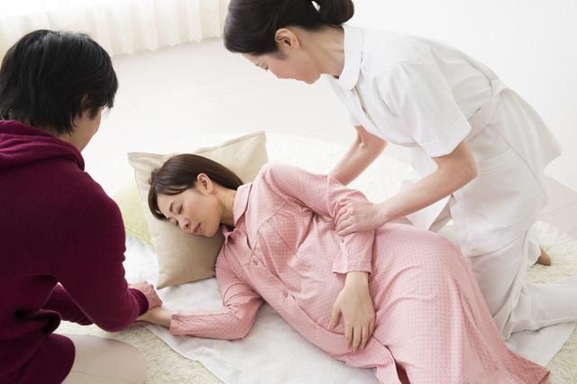 陣痛中のママと助産師,出産,兆候,