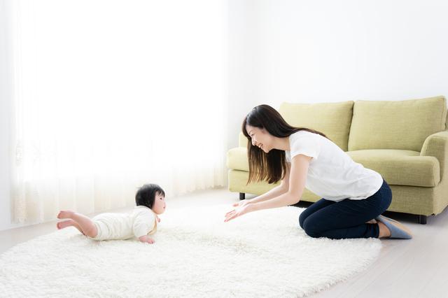 赤ちゃんに声がけをするママ,はいはいいつから,