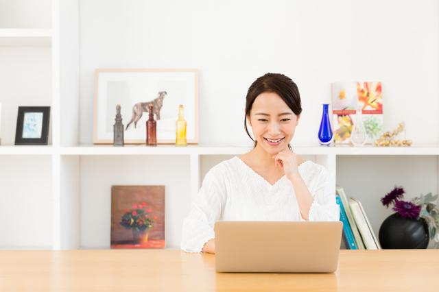 パソコンを見る女性,幼稚園,入園,スケジュール
