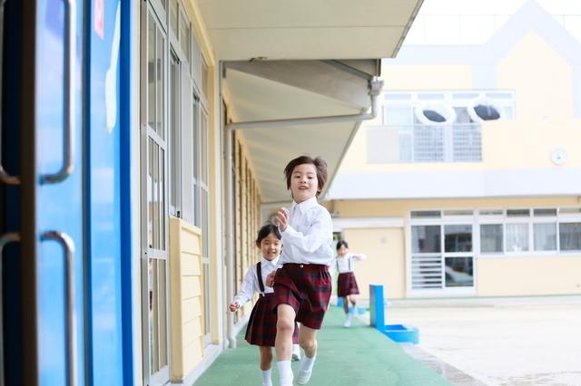 楽しそうに遊ぶ園児,幼稚園,入園,スケジュール