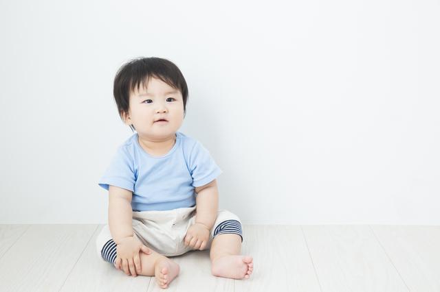 お座りする赤ちゃん,ベビーチェアベルト,