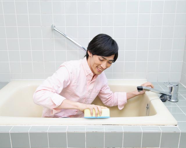 風呂掃除する男性,27週,胎児,