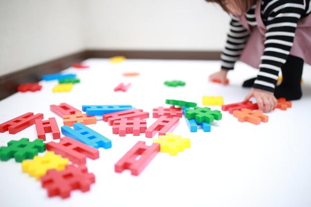 ブロックを広げる子ども,おもちゃ,ブロック,