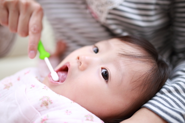 歯磨きをする赤ちゃん,赤ちゃん歯磨き粉,
