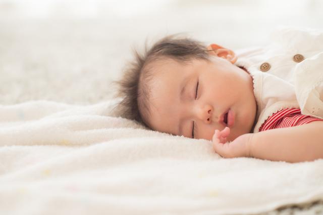 目をつぶって眠る赤ちゃん,空気清浄機,体験レポート,