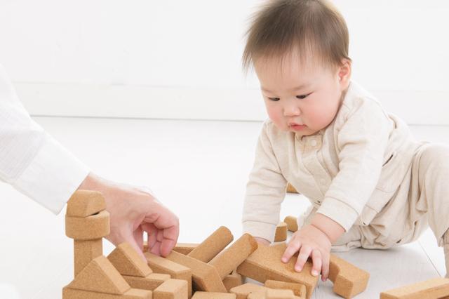 つみきで遊ぶ赤ちゃん,出産祝い,男の子,