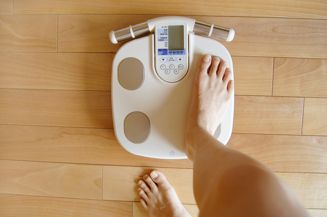 体重計と女性の足,妊娠初期,太る,