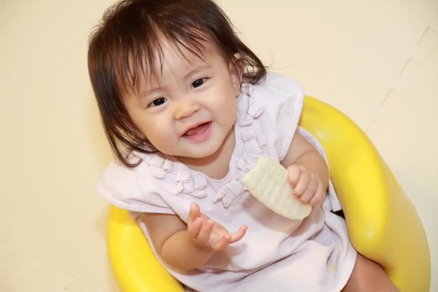 赤ちゃんせんべいを食べる赤ちゃん,赤ちゃん,お菓子,