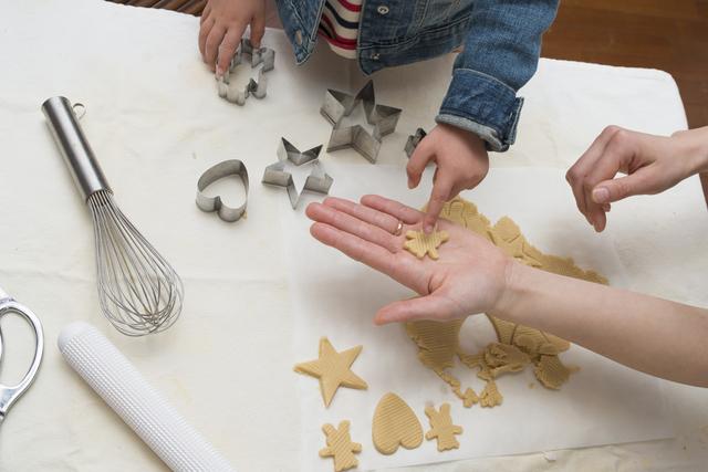 お菓子を作る親子,赤ちゃん,お菓子,