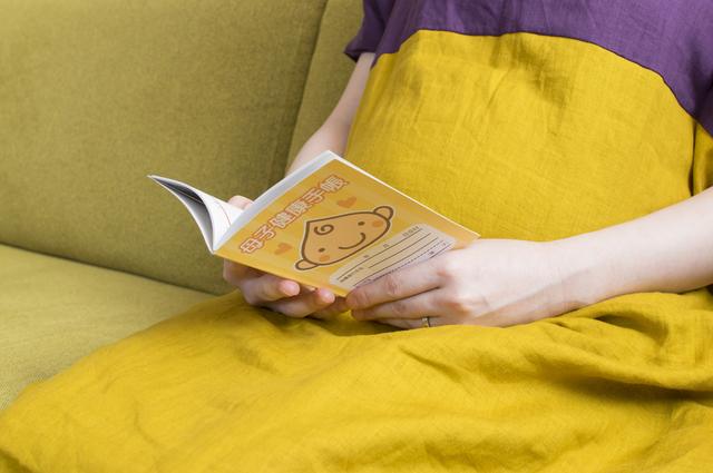 母子手帳を見る女性,妊娠2ヶ月,症状,