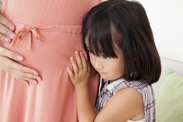 胎動を聴く子ども,妊娠,10ヶ月,赤ちゃん