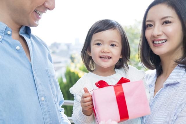 プレゼントをもらう子ども,出産祝い,カタログギフト,