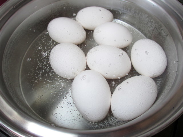 卵を茹でているところ,離乳食,卵,