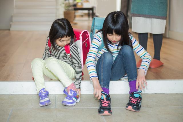 靴を履く小学生,子ども,靴,