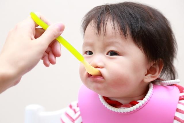離乳食を食べる赤ちゃん,離乳食,パン,