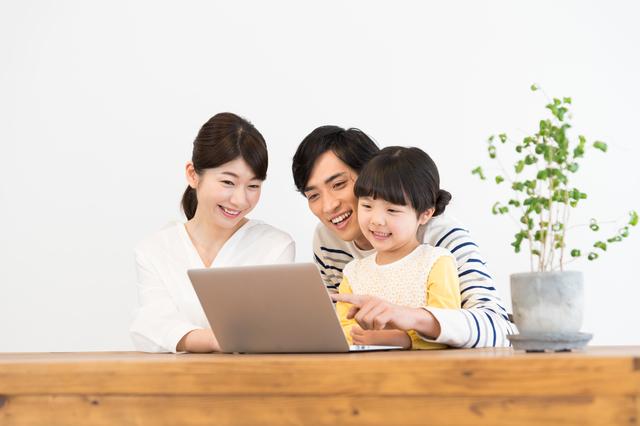 パソコン操作する家族,オリジナルお菓子,