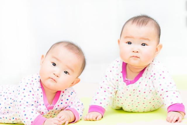 おそろいの服を着る赤ちゃん,双子育児,