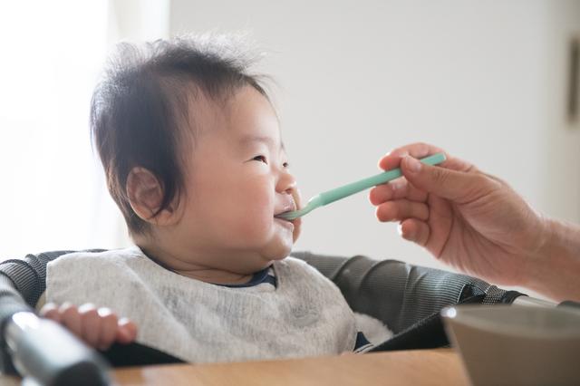 離乳食食べる赤ちゃん,離乳食,たら,