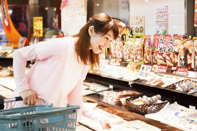 スーパー魚売り場女性,離乳食,たら,