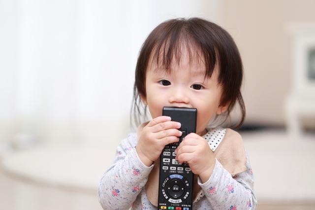 リモコンで遊ぶ赤ちゃん,おもちゃ,いたずら,知育玩具