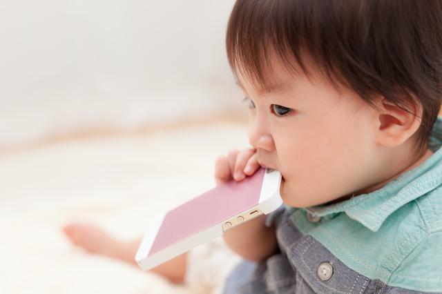 スマホで遊ぶ赤ちゃん,おもちゃ,いたずら,知育玩具