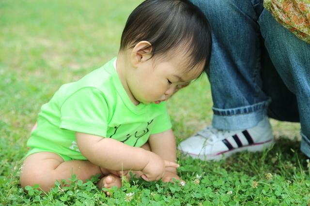 外で遊ぶ赤ちゃん,ロンパース,