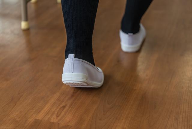 上履きを履いて歩く子どもの足,幼稚園,上履き,
